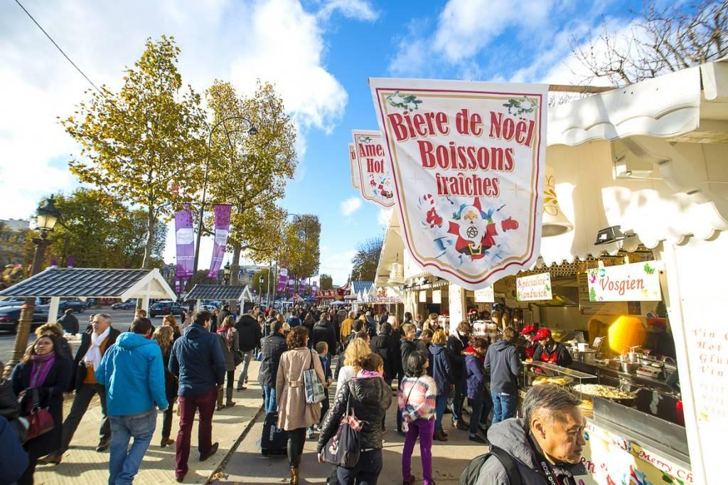 Imagen de un concurrido mercado navideño en la avenida parisina de los Campos Elíseos