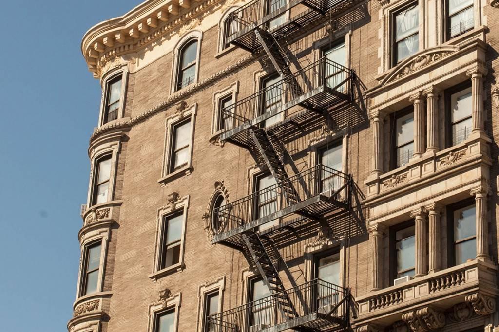 Imagen de un edificio de Manhattan con una salida de incendios de hierro