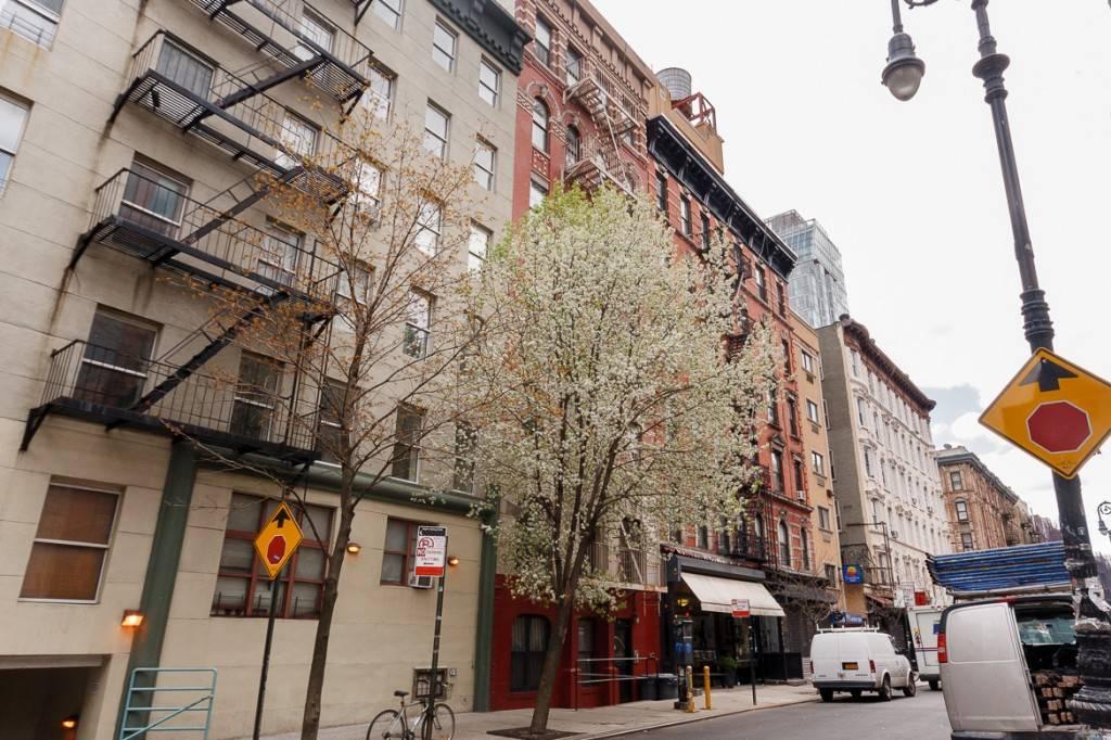 Imagen de una hilera de edificios neoyorquinos, uno con salida de incendios, cerca del apartamento de New York Habitat NY-16189