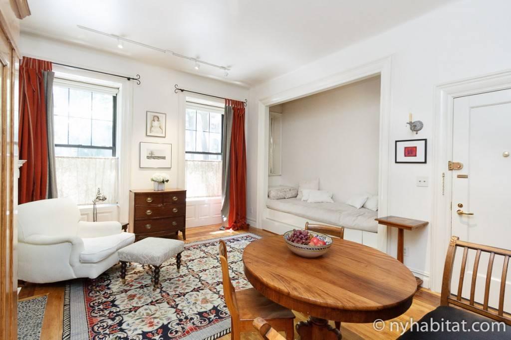 Imagen del salón con algunos muebles que contrastan con la escena.
