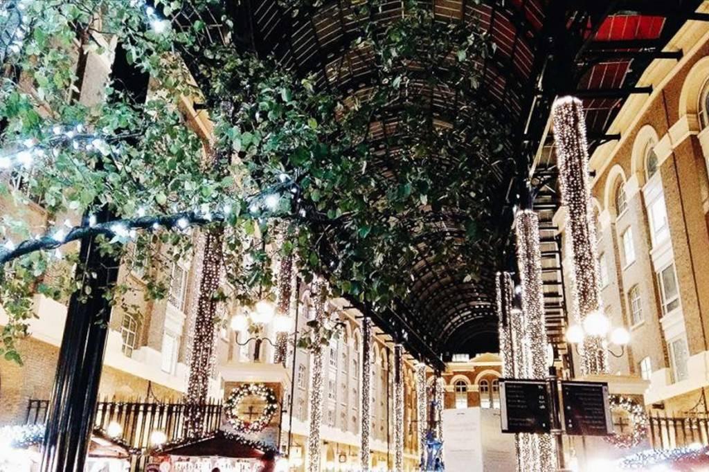 Imagen de las luces navideñas del gran centro comercial