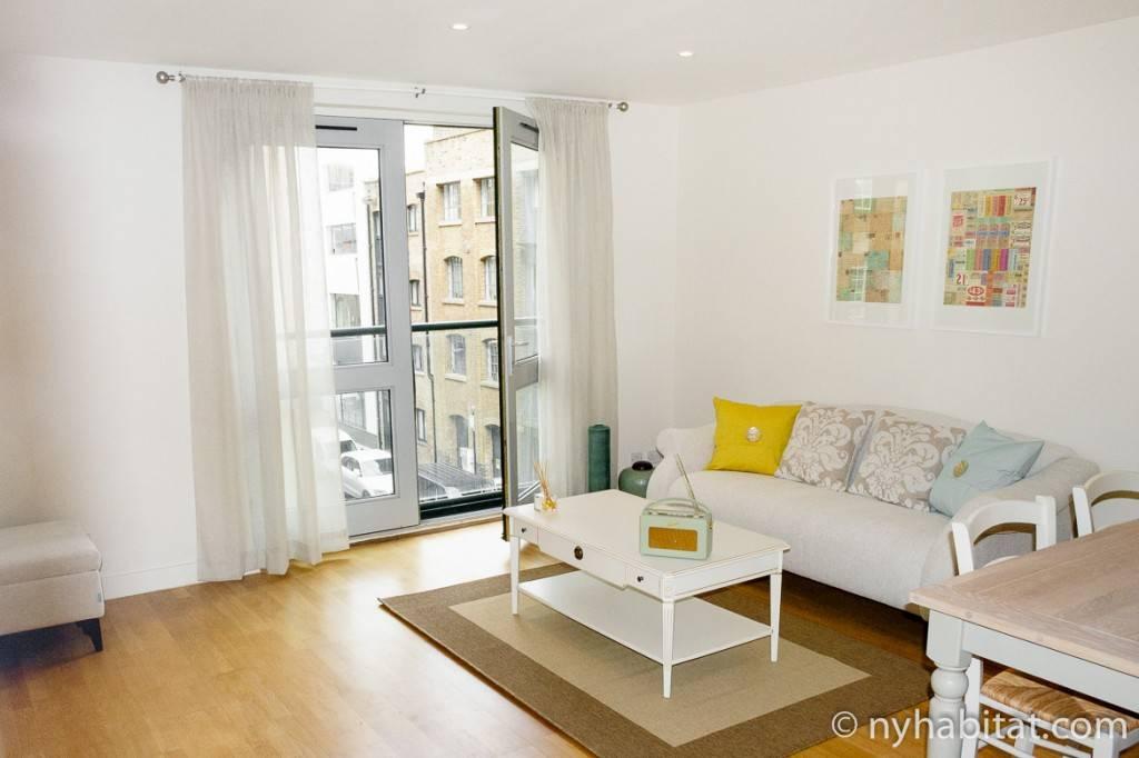 Imagen de la sala de estar del apartamento LN-1272 con las ventanas francesas abiertas