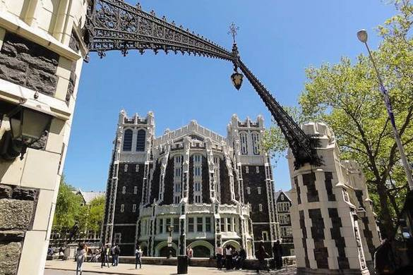 Imagen del edificio Gothic Shepard Hall en el campus del City College.