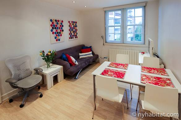 Imagen del salón del apartamento LN-663 con una ventana y algunos muebles.