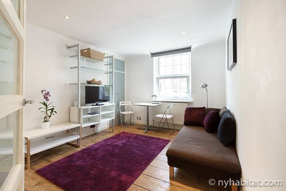 Imagen del pequeño salón casi blanco del apartamento LN-1485.