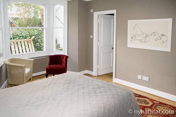 Imagen del comedor del apartamento LN-1059 con arte en las paredes.