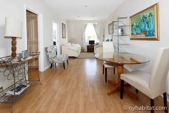 Imagen del moderno salón del apartamento LN-423 con sofás blancos.