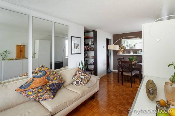 Imagen de la sala principal del piso compartido NY-15891 con sofá y mesa de comedor.