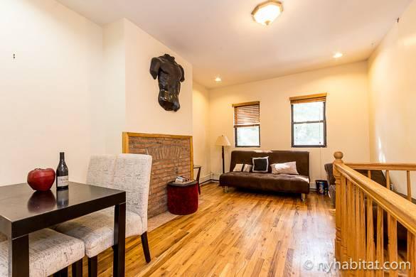 Imagen del salón del apartamento NY-16560 con sofá-cama y mesa de comedor.