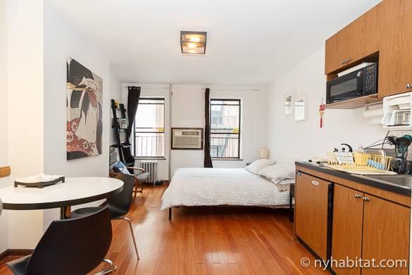 Imagen de la cama y la pequeña cocina del apartamento estudio NY-14118
