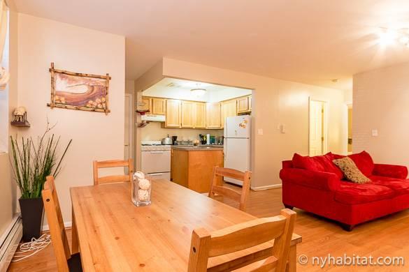 Imagen de la cocina, la mesa de comedor y el sofá del salón del apartamento NY-15298