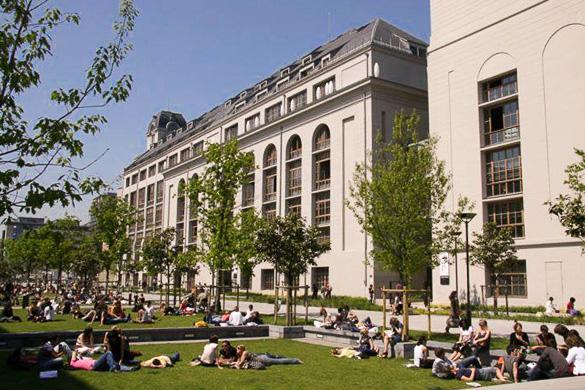 Imagen de estudiantes en el exterior del edificio de la Universidad París VII Diderot.
