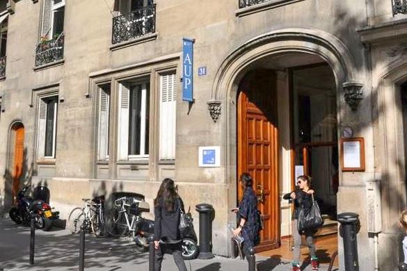Imagen de estudiantes a la salida de la American University of Paris.