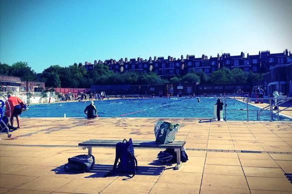 Fotografía de la piscina pública de Parliament Hill, en Hampstead Heath, y de los alrededores