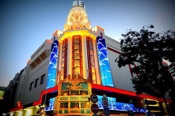 Fotografía de las luces de neón y de la fachada de estilo art déco de la sala de cine de Le Grand Rex