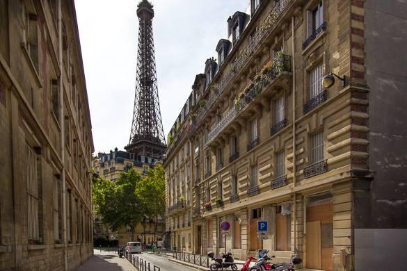 Imagen de la fachada de la Biblioteca americana de París, con la Torre Eiffel de fondo.