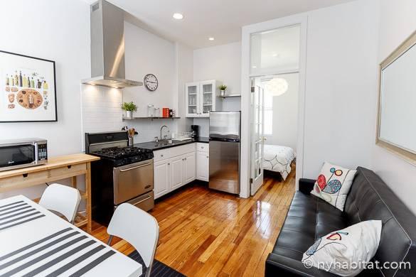 Imagen de la cocina, la sala de estar, el sofá y la mesa de comedor del apartamento NY-16210 en Ridgewood, Queens.