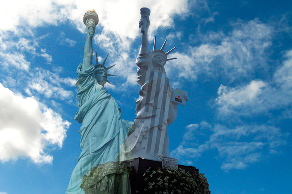 Imagen de la estatua de la Libertad en Nueva York y una copia en Gourin, Francia.