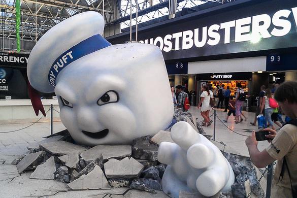 Imagen del personaje de la película Los Cazafantasmas saliendo de la acera en Nueva York