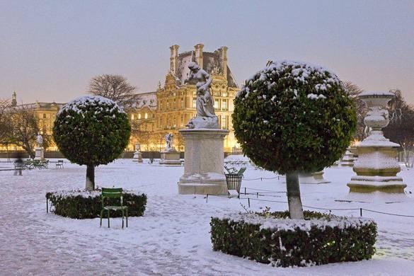 Imagen de un jardín cubierto de nieve en el barrio de Le Marais, París
