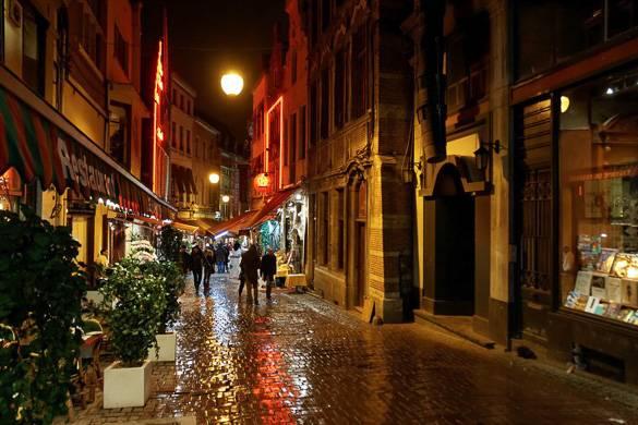 Imagen de una lluviosa calle de París durante la temporada navideña