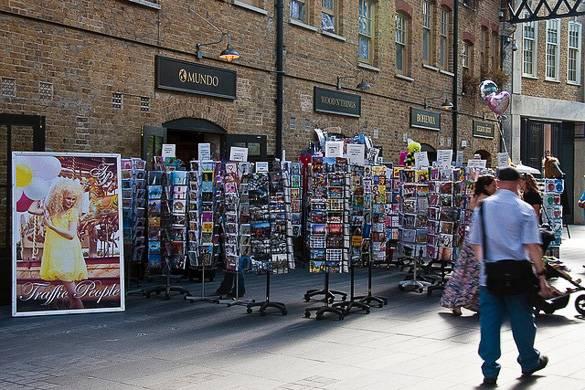 Imagen de tiendas de mercadillo con expositores de postales