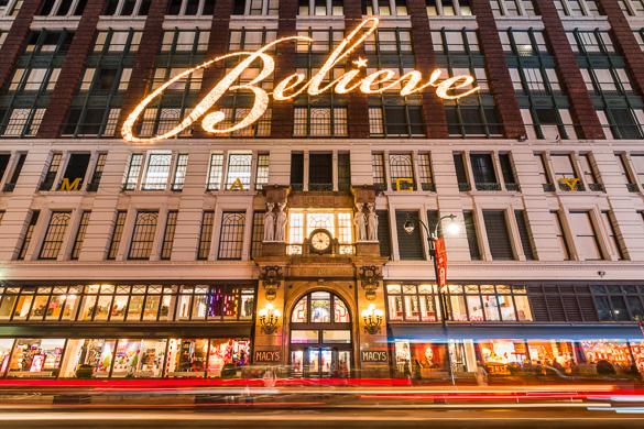 """Imagen de la fachada de Macy's en Herald Square con la palabra """"Believe"""" («Crea») con luces."""