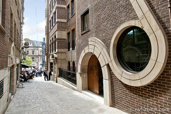 : Imagen de la calle y del exterior de ladrillo del edificio donde se ubica el apartamento LN-1768