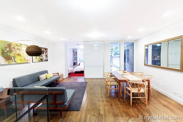 Imagen del salón y la mesa de comedor del NY-15650 con el dormitorio al fondo
