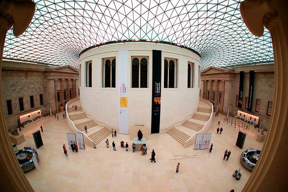 Imagen del interior del Museo Británico con techos de vidrio
