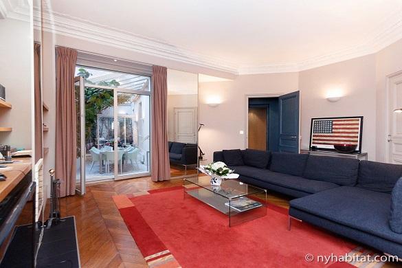 Imagen de la sala de estar del apartamento PA-1754 con la bandera estadounidense y la terraza al fondo