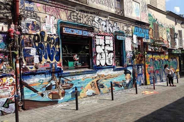 Imagen de un grafiti en los lados de edificios de Belleville.