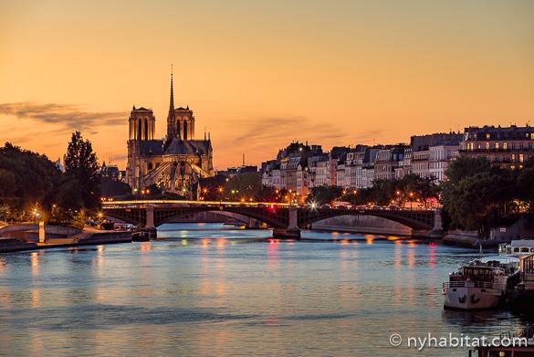 Imagen de Notre Dame y el Sena durante el atardecer.