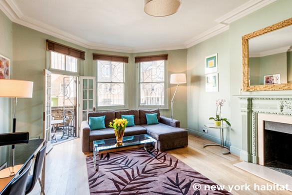 Imagen de la sala de estar del apartamento LN-326 con la terraza de fondo