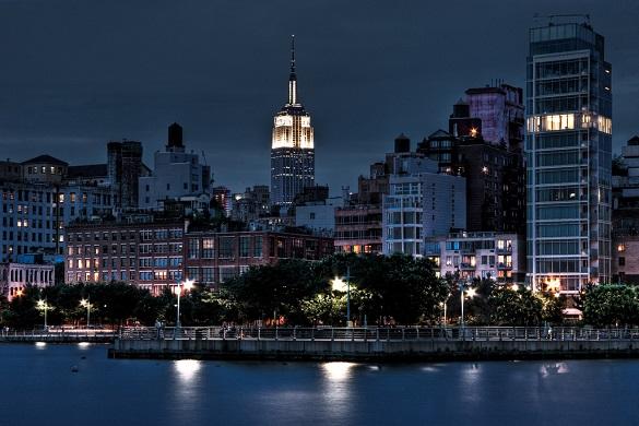 El horizonte de Manhattan de noche, cerca de Chelsea