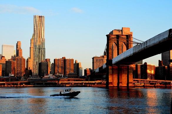 El puente de Brooklyn y el río Este, con Brooklyn de fondo