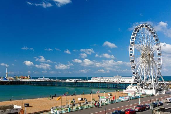 El mar y el paseo marítimo con una noria de fondo en Brighton, Inglaterra
