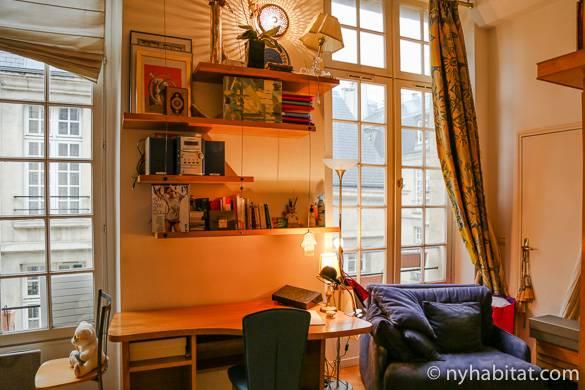 Ventanas del salón del apartamento PA-2519 en el barrio de Le Maris en París