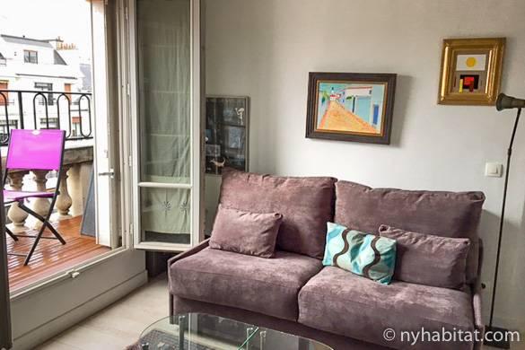 Salón del apartamento PA-3979 en Ternes, con sillas en el balcón