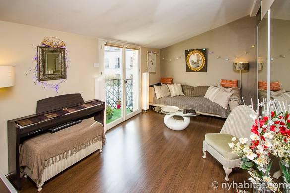 Salón del apartamento PA-3708 en Le Marais con suelos de madera, techos inclinados y balcón