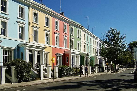 Imagen de casas adosadas en tonos pastel en el barrio londinense de Notting Hill