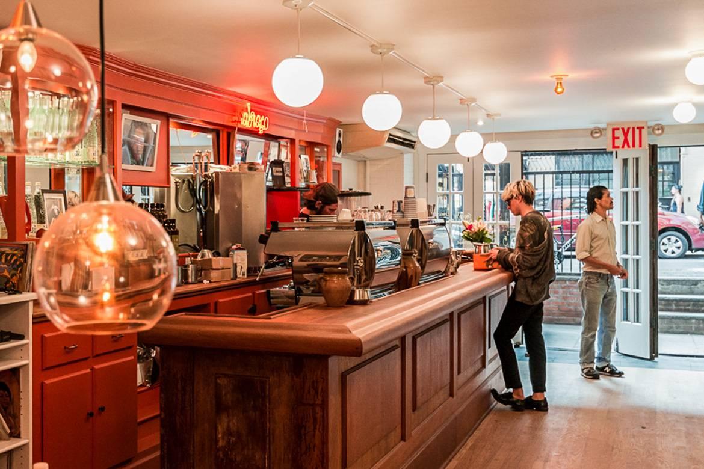 Imagen de una persona pidiendo café en la barra de Abraço Espresso