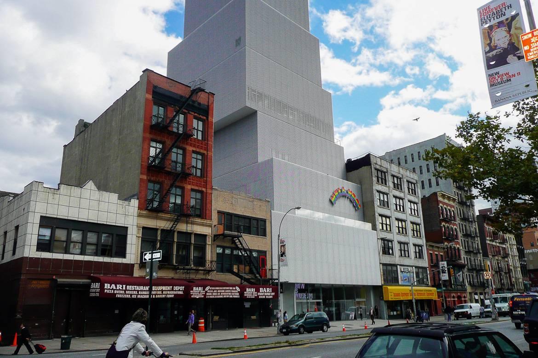 Imagen del New Museum y su estilo abstracto dentro del típico paisaje de las calles neoyorquinas.