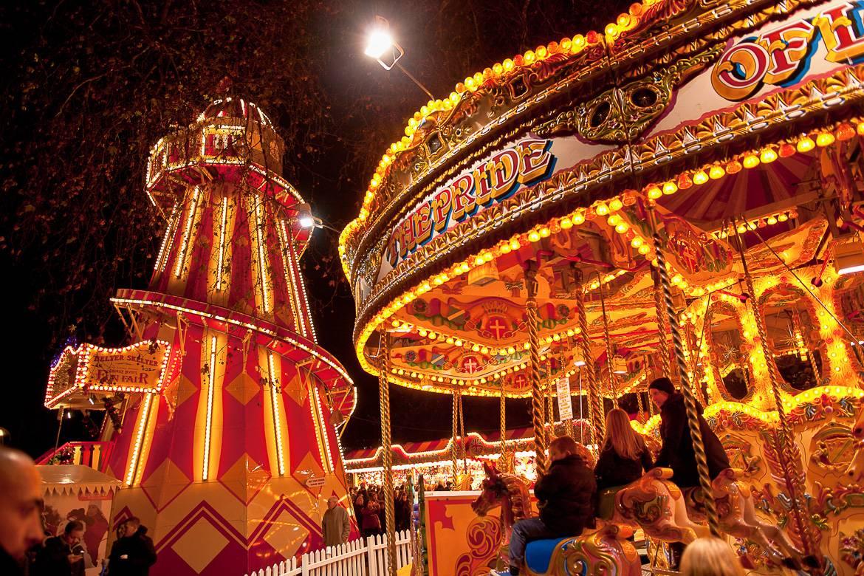 Imagen de un tiovivo iluminado en el festival Winter Wonderland, en Hyde Park