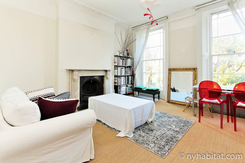 Imagen del salón del apartamento LN-1933 con chimenea y ventanales.