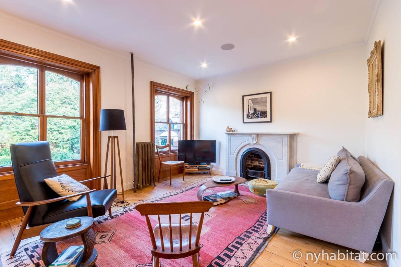 Imagen del salón del apartamento NY-17298 con chimenea decorativa en Chelsea, Manhattan.