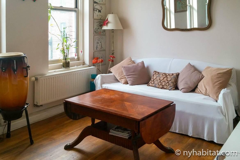 Imagen del salón del apartamento NY-14846 con sofá, mesita de centro, mesa de comedor y timbal