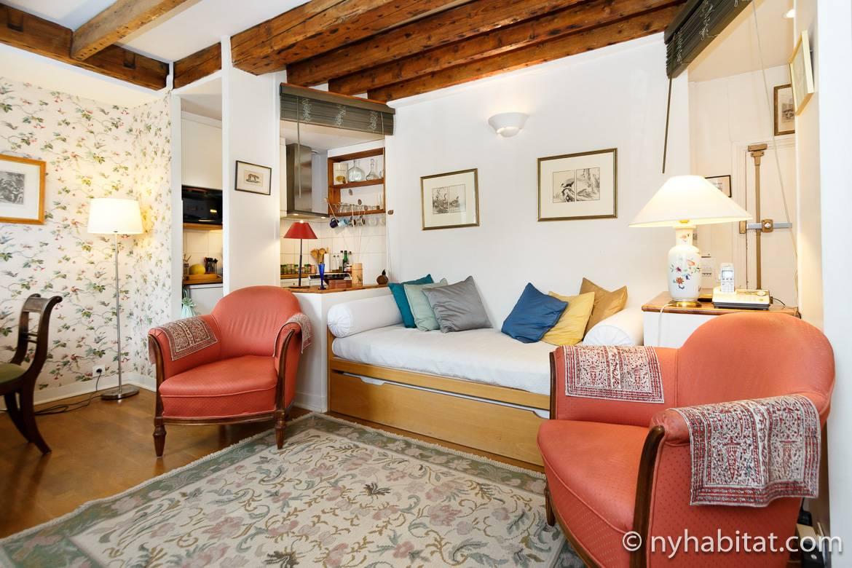 imagen del salón del apartamento amueblado PA-3135 con sofá cama y techos con vigas de madera expuestas