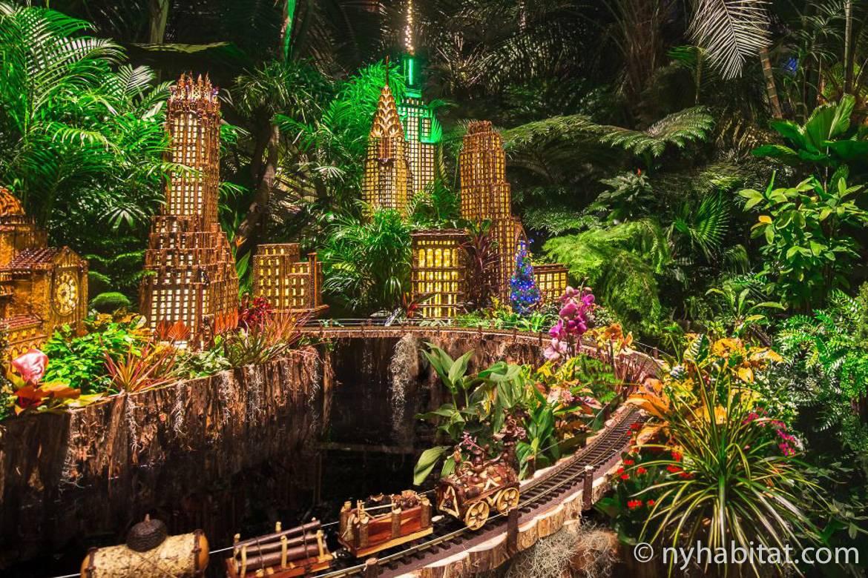 Imagen de réplicas en miniatura de lugares de Nueva York con maquetas de trenes en el espectáculo navideño de trenes del Jardín Botánico de Nueva York.