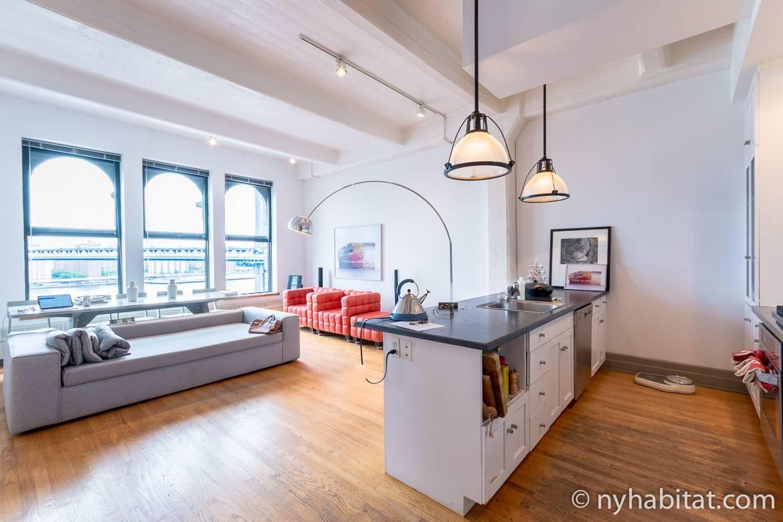 Imagen del salón del apartamento NY-14834 en DUMBO con vistas al puente de Brooklyn